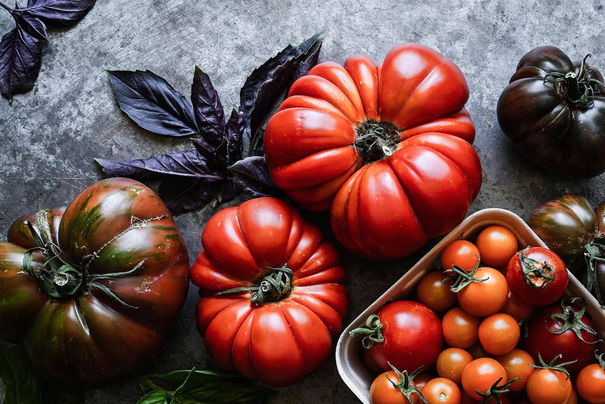 papriky a paradajky na tmavom stole