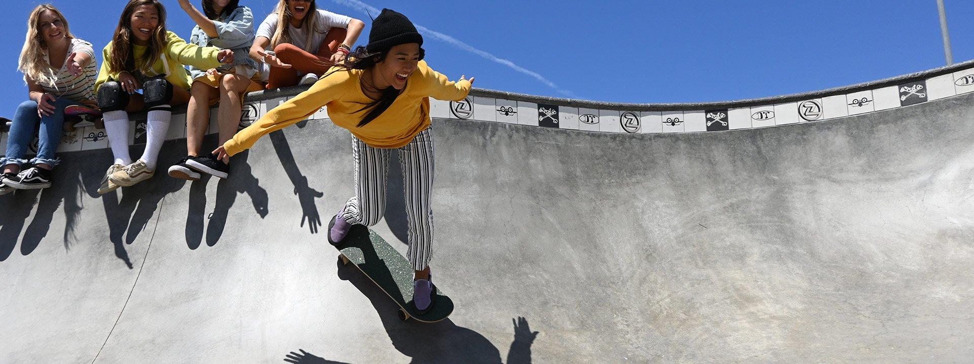 dievča na skateboarde