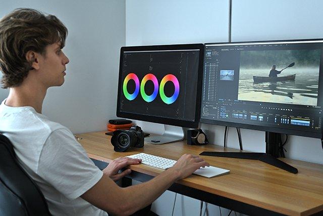 fotograf za počítačom