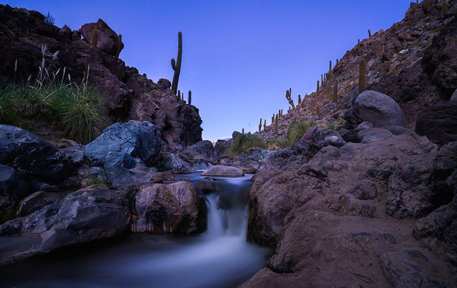 rieka v noci
